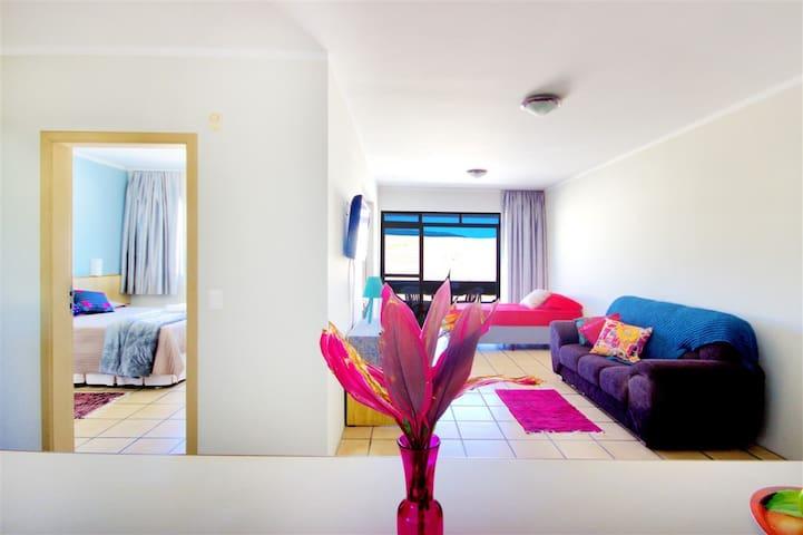 Apartamento(106) até 3 pax, sacada à 400m da praia