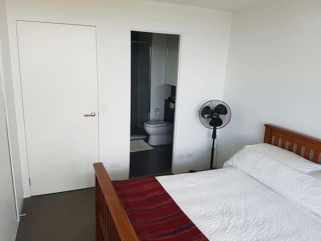 Private ensuite in sanctuary style apartment - Prahran - Lägenhet
