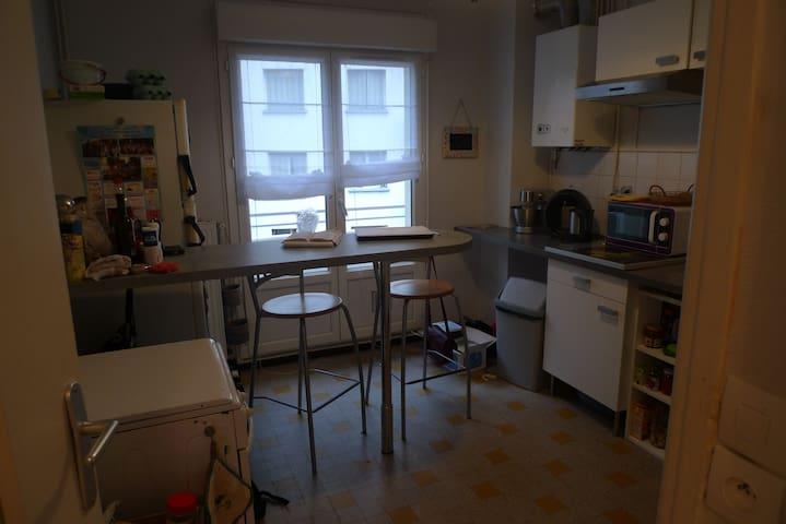 Cuisine équipée, four gazinière, grand frigo, robot, micro-onde, machines à café, bouilloire