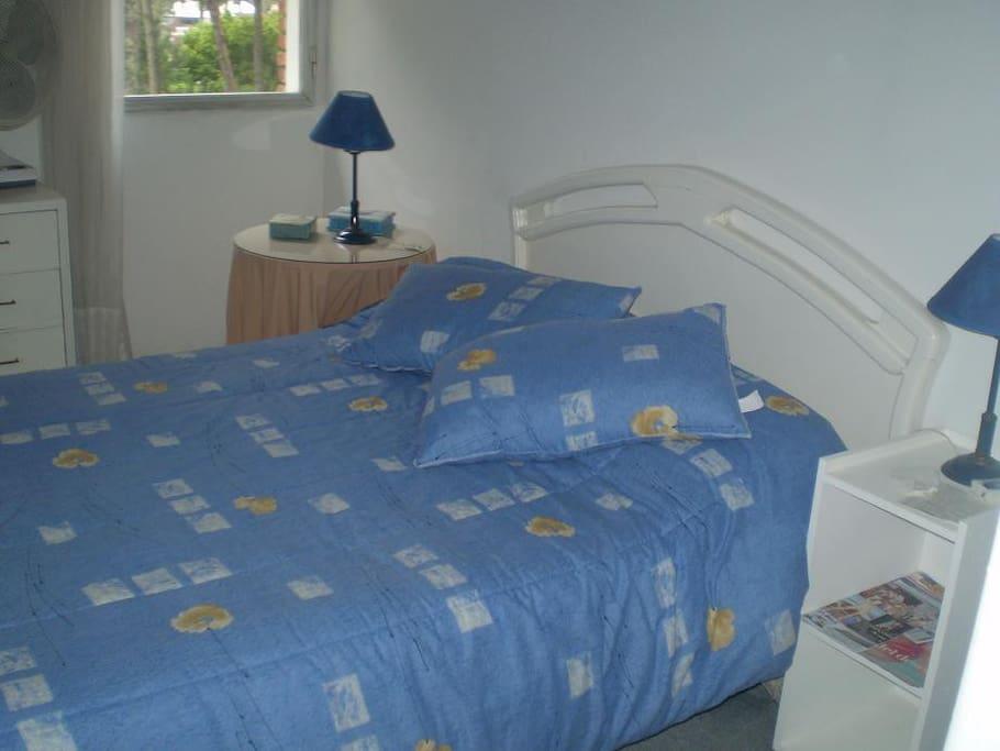Dormitorio con vista a la piscina.