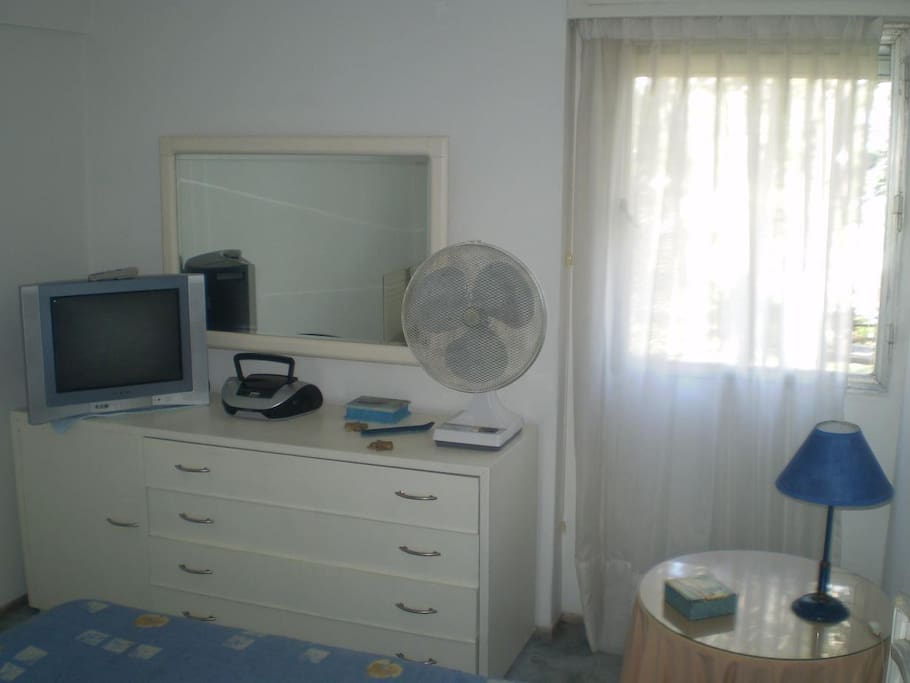Dormitorio: tv cable, radio cd con aux, ventilador.