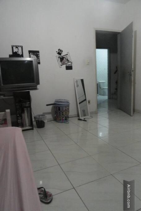 Vista do quarto para a porta. View of the room looking at the door.
