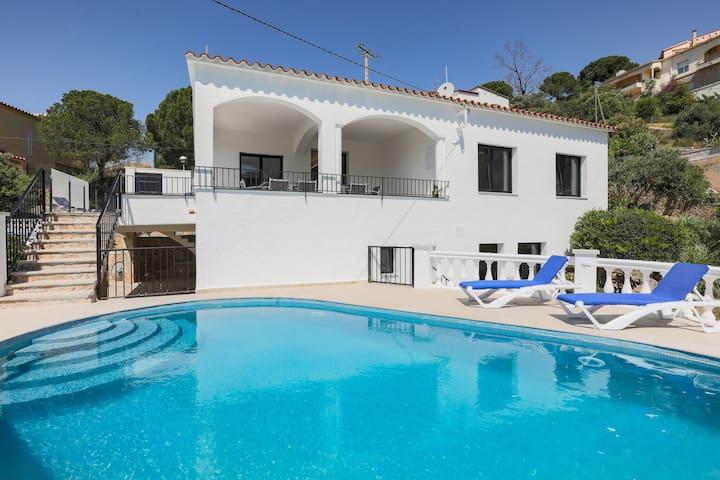 Elegant Villa in Roses with Private Swimming Pool