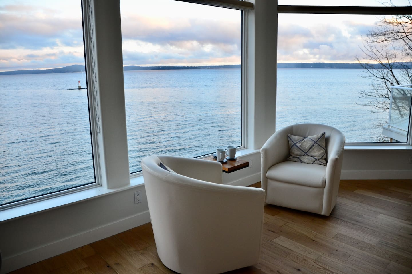 Swivel chairs to enjoy the ocean (it feels like you are on a boat) or join the kitchen conversations