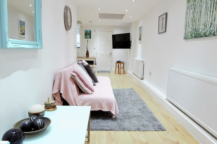 NEWLY REFURBED APARTMENT IN THE HEART OF GREENWICH