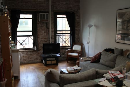 Renting out huge room in a Lower East Side loft in Manhattan. Original NYC feeling. Skylight, desk, big couch and full bed, exposed brick, wood floors. Big kitchen to share with 3 lovely roommates. In the heart of vibrant LES near bars & restaurants