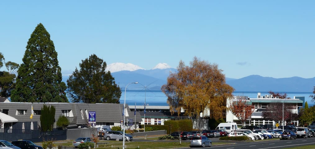 Short Walk To Town, Great Views - Taupo