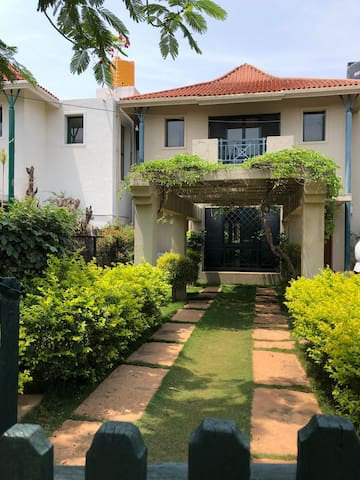 Large lawn, independent villa, near airport