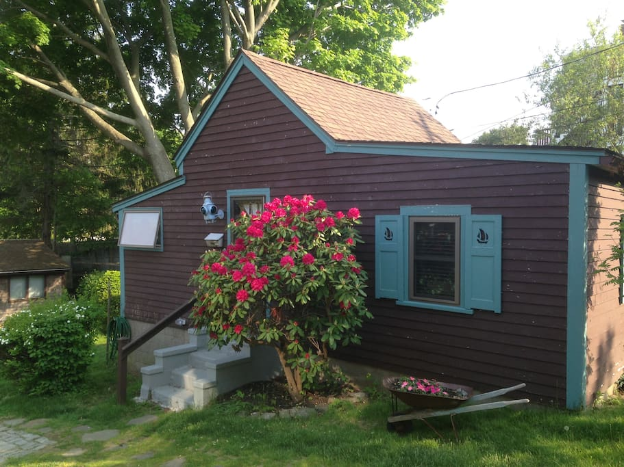 Lovely little cottage located close to shops and view of Millpond