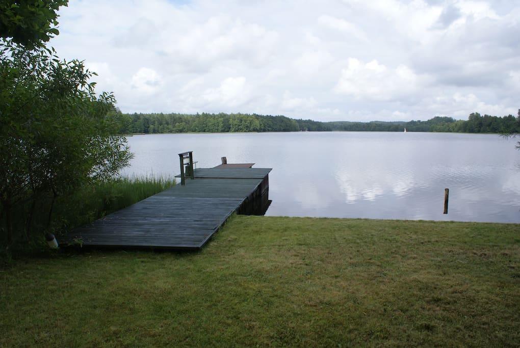 Prywatny pomost nad jeziorem.