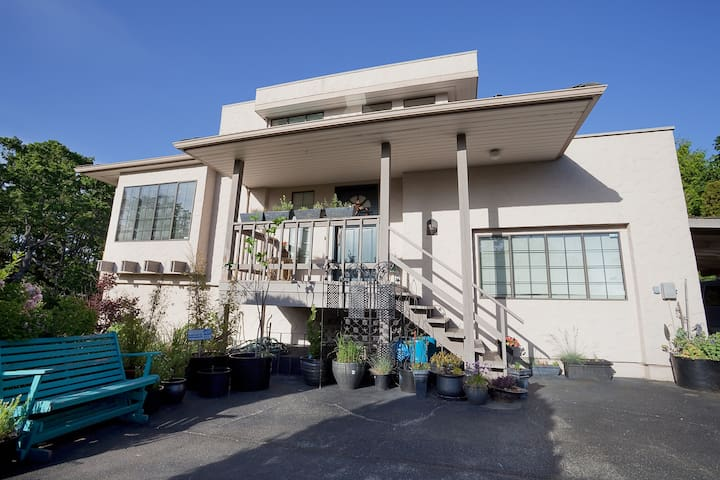 UVIC/MOUNT DOUG ,PRIVATE TOP FLOOR - Victoria - House