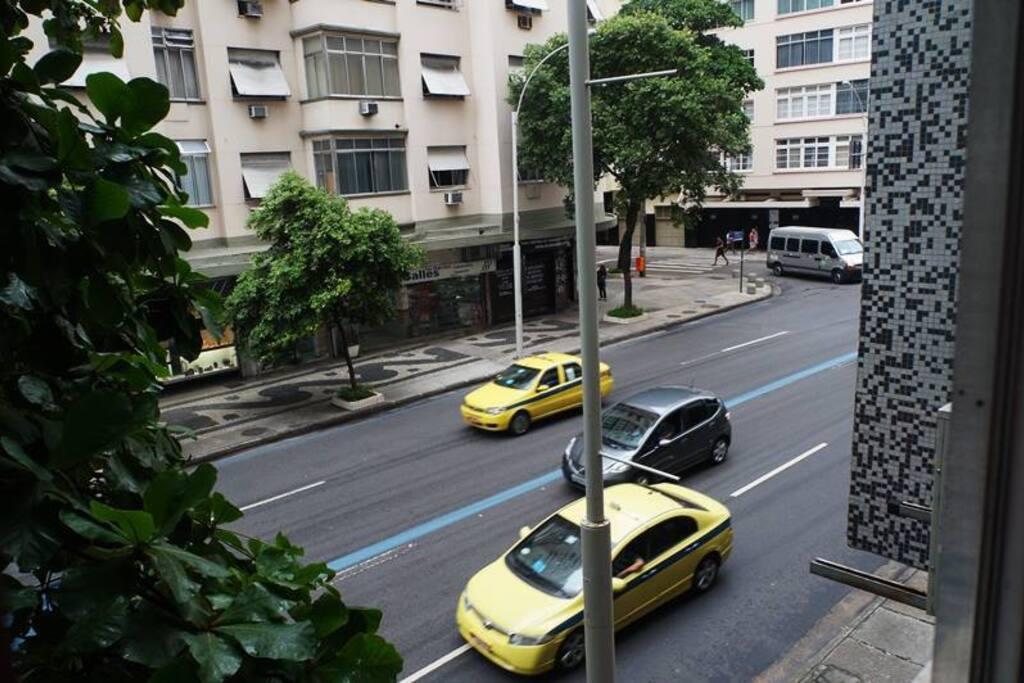 Vista da Rua, o quarto é localizado em apartamento familiar e se encontra atrás do Copacabana Palace, perto de tudo, a uma rua da praia.