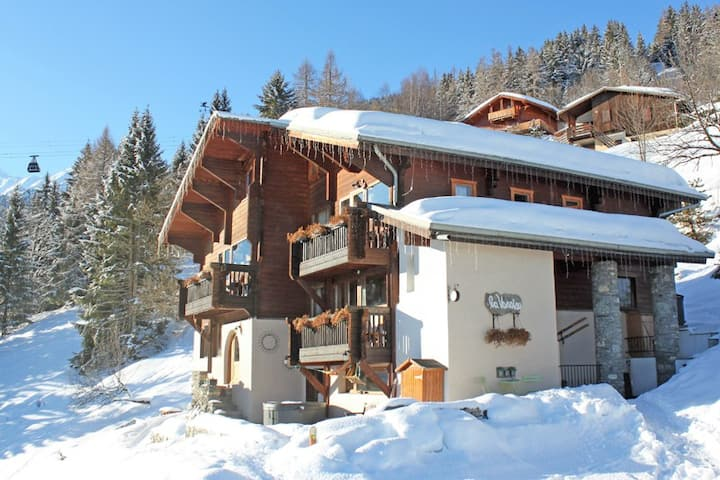 4 Bed Suite, Gorgeous ski-in Chalet