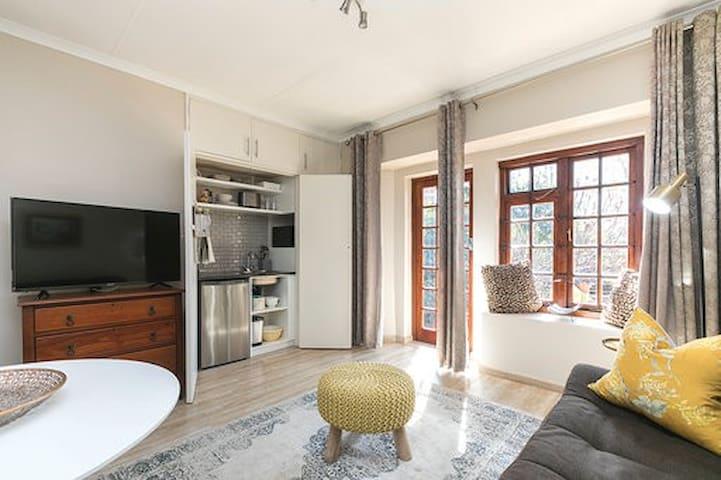 Stylish, Modern/Retro apartment 3 km to Menlyn