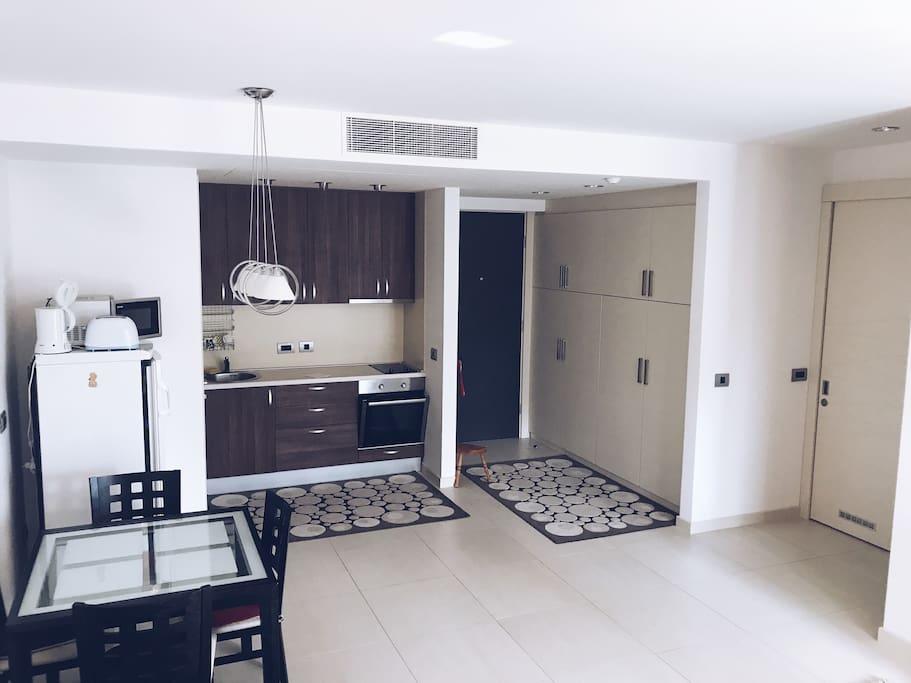 Маленькая уютная кухня совмещена с залом. Имеется духовка, плита, холодильник, тостерница, микроволновка и чайник. В шкафах есть весь необходимый инвентарь для приготовления и употребления пищи.)