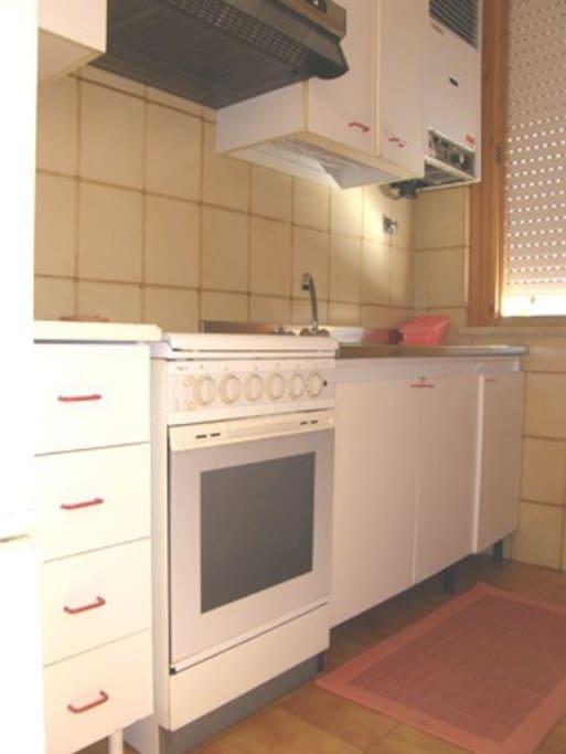 La cucina è dotata di pentole, stoviglie e posate, e di tutto il necessario per poter essere autonomi.