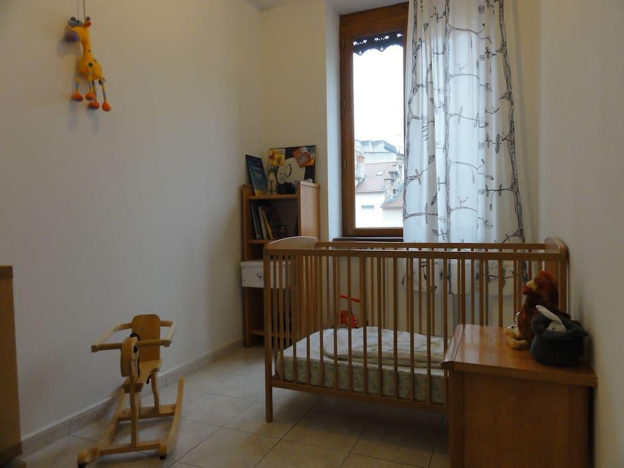 Petite chambre avec lit bébé, possibilité de mettre un matelas pneumatique pour 2 personnes...