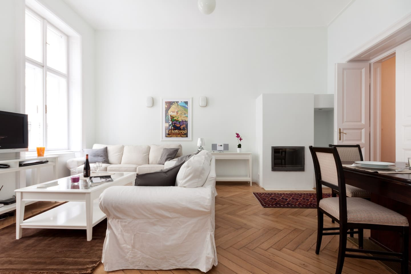 Spacious, high ceiling livingroom with dining corner.