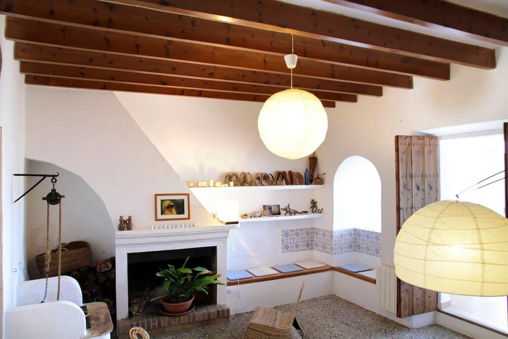 Una de las salas , con chimenea y pozo.