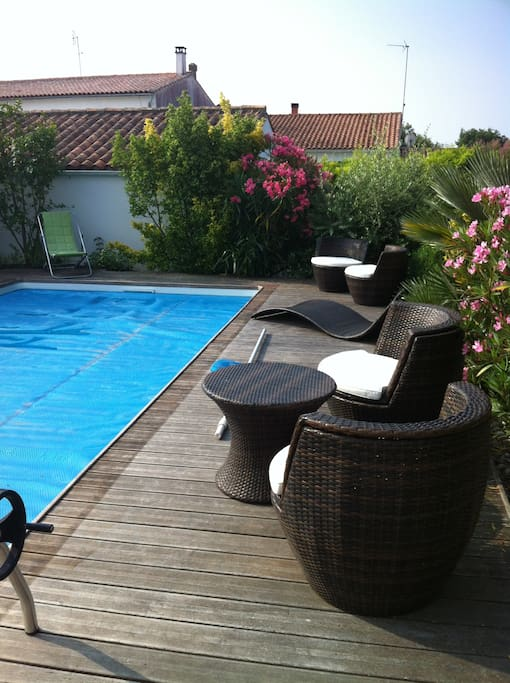 piscine avec salon de jardin et transats