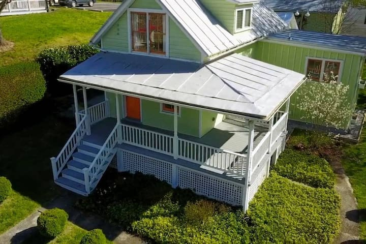 Carrot Top Cottage PLUS Carriage House (sleeps 7)