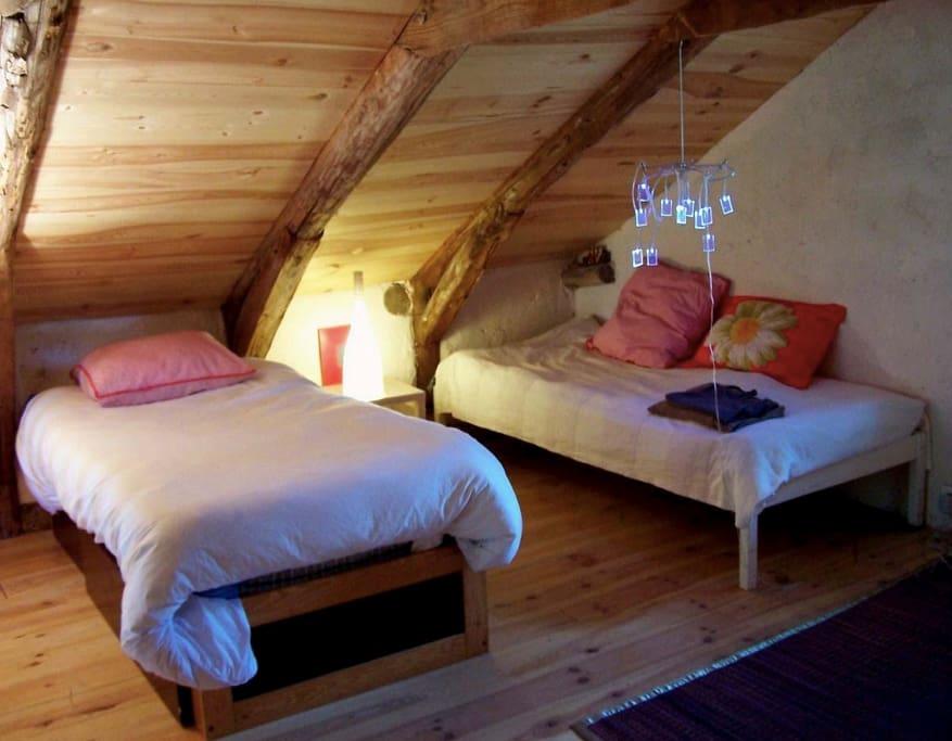 Chambre Deux lits plus un grand lit de deux personnes