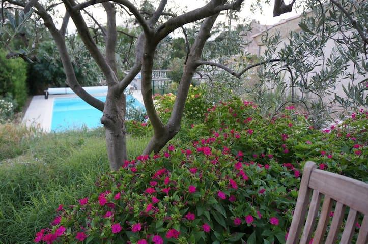 Studio avec piscine et jardin