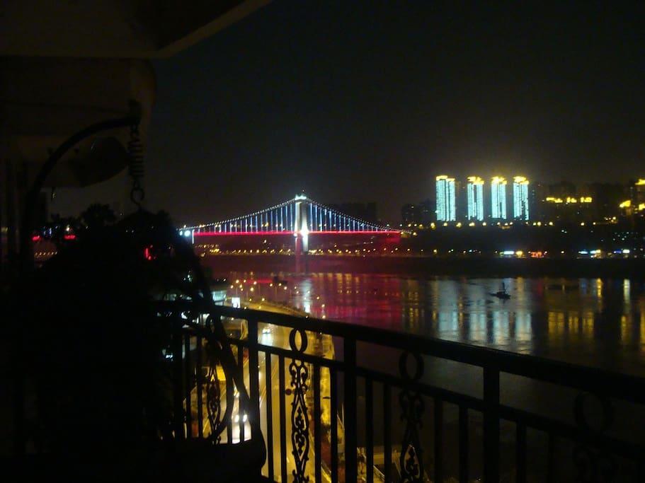 在阳台上看鹅公岩大桥夜景