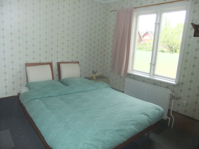 Quiet bedroom with double bed, closet & garden view. A single bed (1.90 m) for a third person can be located here or next door in your private living room.