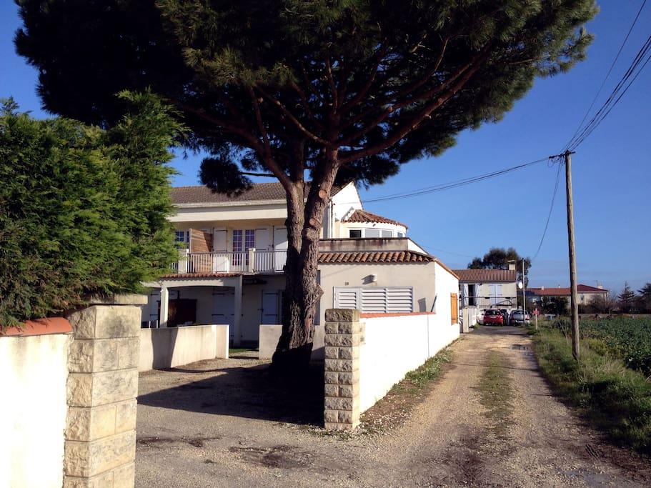 Accès à la résidence Les Nouailles, appartement sans vis à vis juste avant la maison située en fin d'impasse