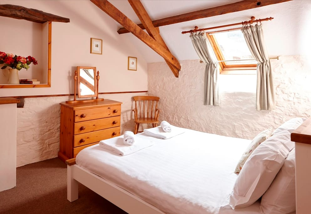 Larch Cottage - king bedroom