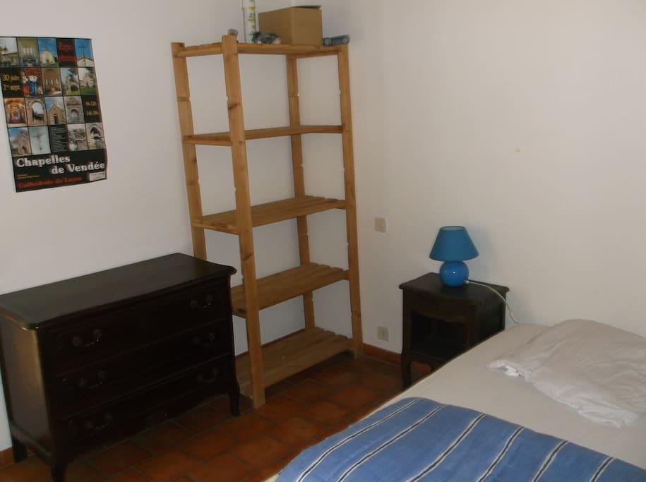 La chambre avec accès direct sur la terrasse comprend un lit deux personnes et un lit un personne.