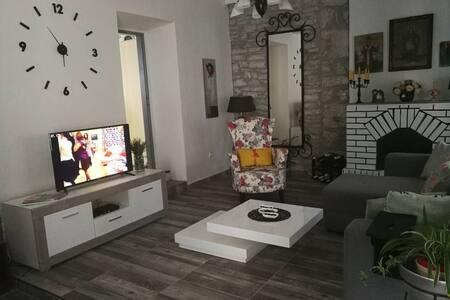 Romantic Ground Floor Flat, MORINJ