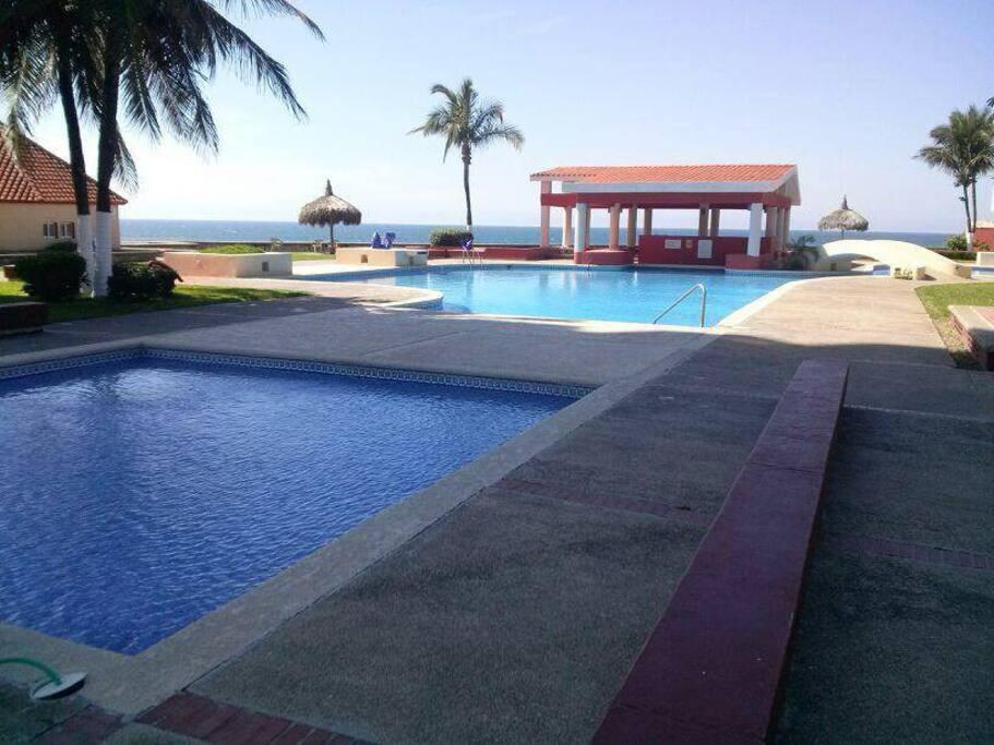 Dos grandes albercas y un chapotiadero, baños y acceso directo a la playa