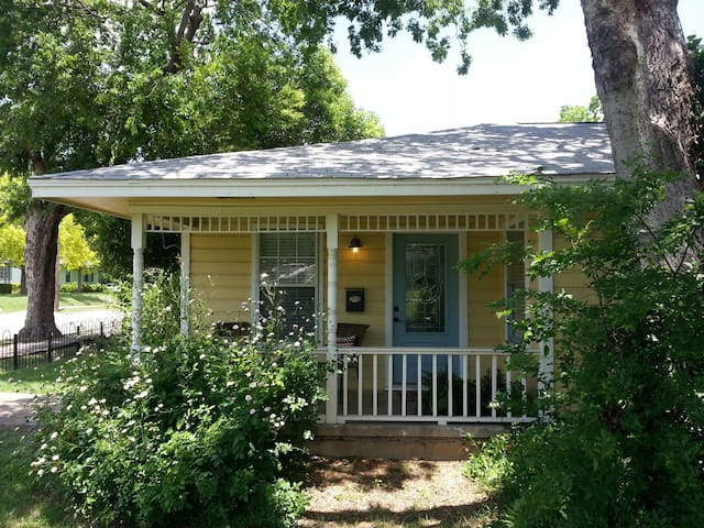 Mockingbird Cottage: Historic Area - McKinney - Haus