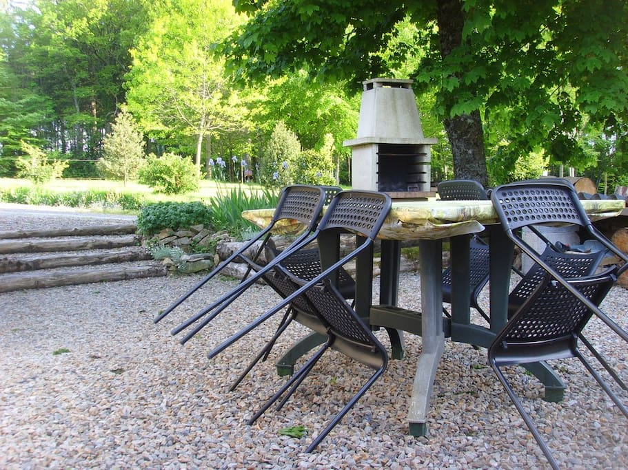 Terrasse gravillonnée avec barbecue