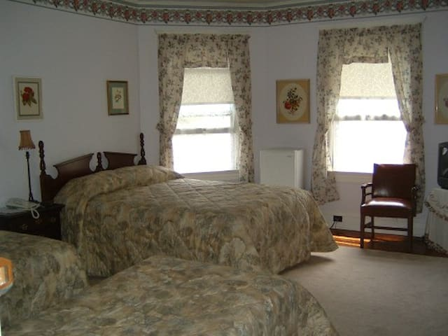 Historic Bed and Breakfast in Honesdale  Queen  Bed with 2 Twins