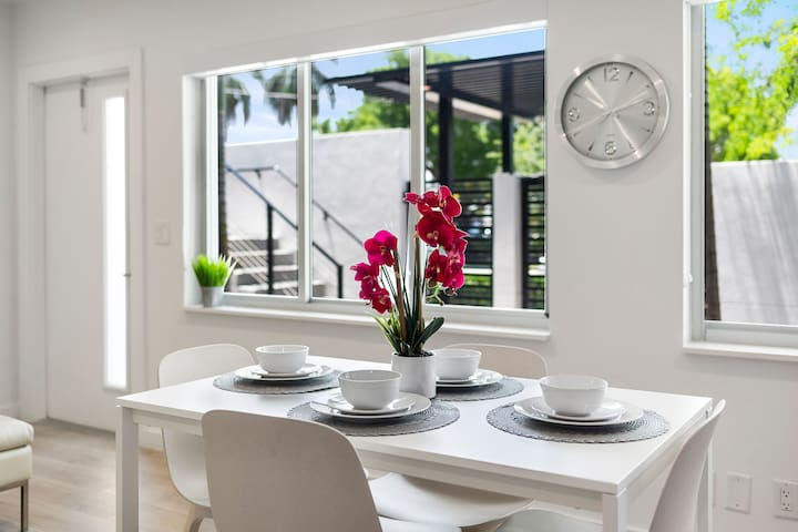 (2400/3) Lux, Hotel-Style Apt with large kitchen
