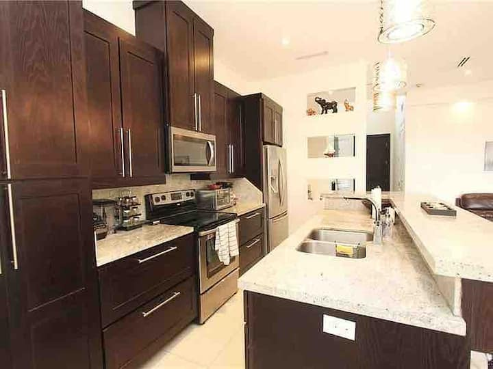 MODERN & FAMILY FRIENDLY CONDO NEAR PLAZA MALL