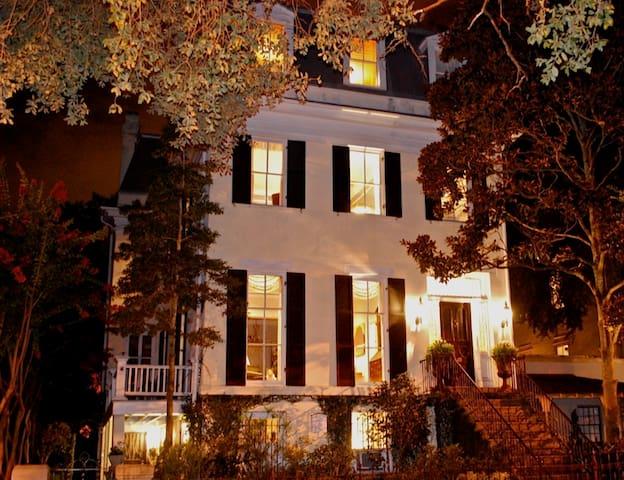Whitaker Mansion on Forsyth - Park Suite