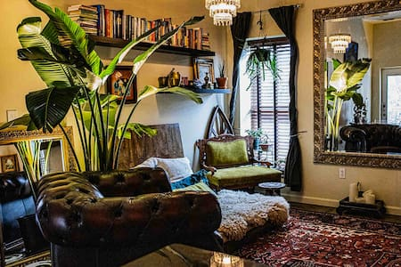 Eclectic & Romantic - Walk to Historic Downtown!