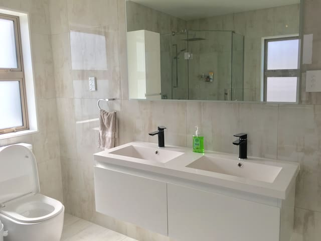 Cute, tidy room in brand new house 10m to town - Auckland - Hus