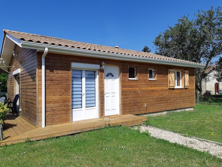 Maison en bois atypique avec jardin spacieux