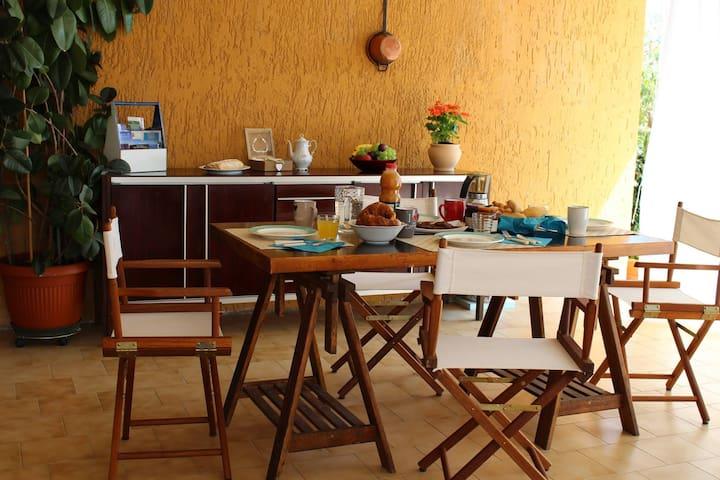 portico esterno disponibile per gli ospiti al servizio della colazione o relax serale