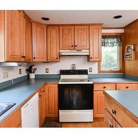 COMPLETELY FURNISHED INCLUDES CABLE AND WIFI - Holbrook - House