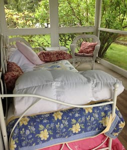 Screened In Porch in HudsonValleyFarmhouse - Hopewell Junction - Rumah