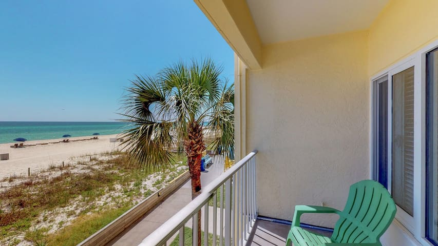 Beachfront studio with amazing view, shared pool & covered parking!