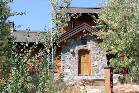 Beautiful Cottage 23 w/ Ski-in, Ski-out - Cabin