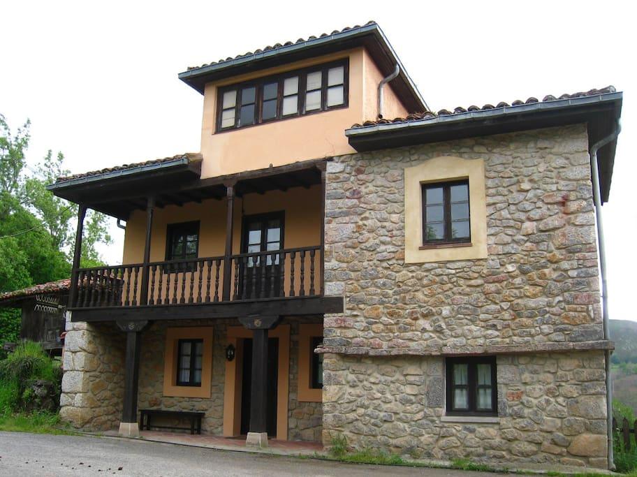 La maison sur la colline picos de europa maisons for Maison sur colline
