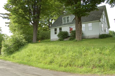Antique Farmhouse Near Lake Fairlee - Casa